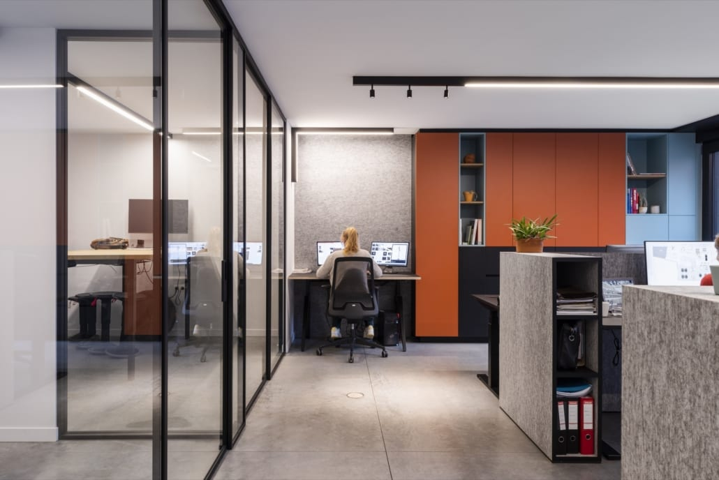 Acoustic furniture and acoustic walls in a landscape office